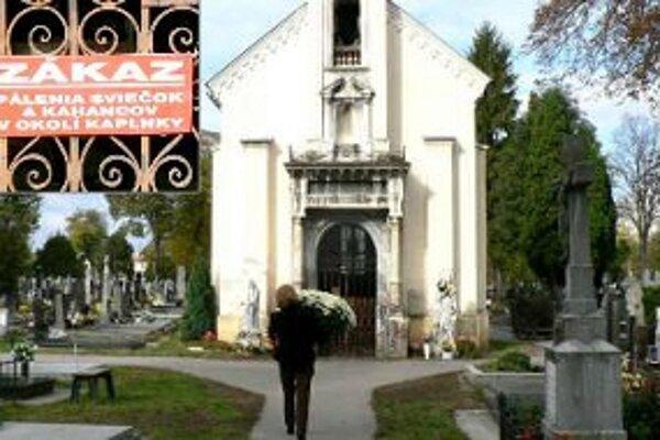 Aj tento rok platí zákaz pálenia sviečok pri kaplnke na cintoríne Terézie Vansovej.