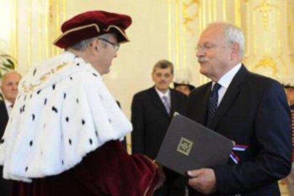 Prezident Slovenskej republiky Ivan Gašparovič (vpravo) gratuluje novovymenovanému rektorovi TU Marekovi Šmidovi (vľavo).