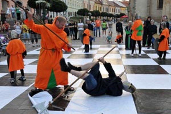 Živý šach pod holým nebom, boj ľudských figúrok.