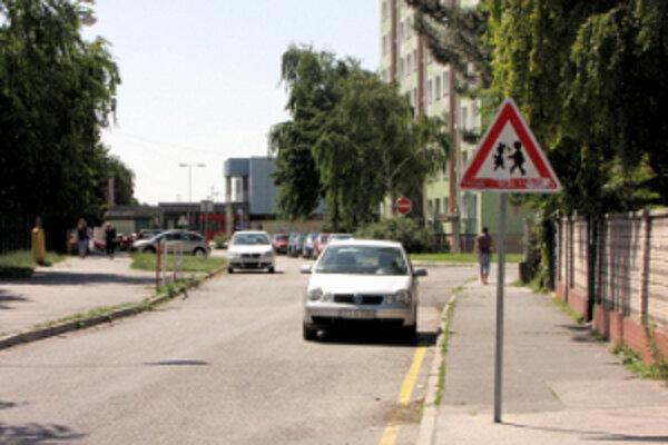 Niektoré zaparkované autá blokujú prístup smetiarom ku kontajnerom.