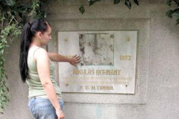 Náhrobník Mikuláša Dohnányho. Pamätnú tabuľu štúrovca ukradli.