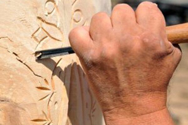 Zruční rezbári pretvárajú drevo na umelecké diela.