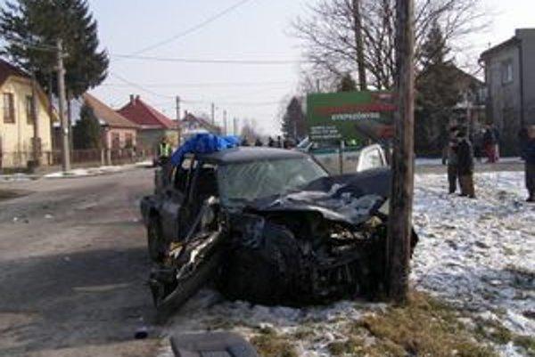 Vodič osobného auta sa zranil ľahko, dvaja spolujazdci ťažko.