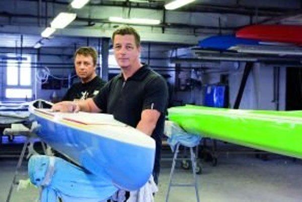 René (vpredu) a Marcel Vajdovci spolu vo vodnom slalome nemohli pretekať, lebo obaja pádlovali na ľavú stranu. Už dvadsať rokov však spolu veľmi úspešne podnikajú – stavajú lode pre svetovú kanoistickú špičku.