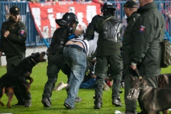 Polícia zasahovala v Senici proti fanúšikom Spartaka.