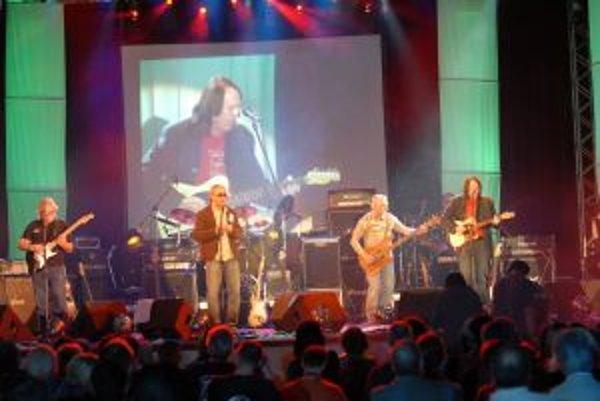 Bonzo (prvý sprava) a kapela The Breakers v bratislavskom PKO.