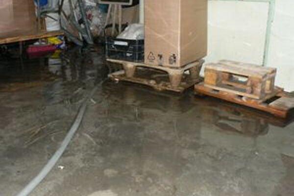 Od februára sa hladina vody v pivniciach domov na Vodnej ulici pohybuje od desať do päťdesiat centimetrov.
