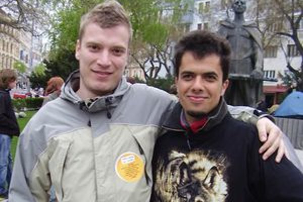 Matej Lančarič (vpravo), autor a spoluorganizátor EKOfestu, sa neváhal zúčastniť protestu proti zonácii Tatier v Bratislave.
