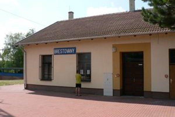 Železničná stanica v Brestovanoch sa zmenila na výhybňu. Cestujúci tu nemajú k dispozícii toalety.
