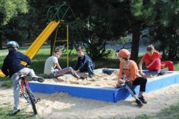 Niektorí rodičia sa boja púšťať deti na pieskoviská.