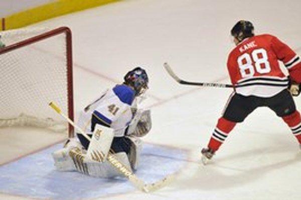 Kane strieľa jediný gól v nájazdoch, ktorý rozhodol o víťazstve Chicaga.