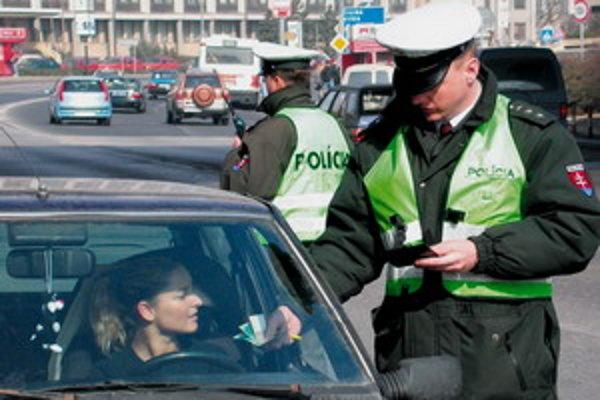 Policajti rozdajú viac pokút ako ústnych napomenutí.