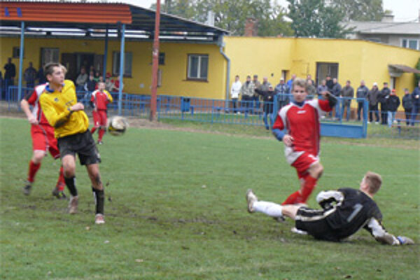 Začiatok jarnej časti futbalovej sezóny 2009/10 sa v oblastných súťažiach odkladá.