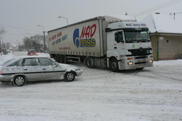 Husté sneženie v Trnavskom kraji spôsobuje problémy.