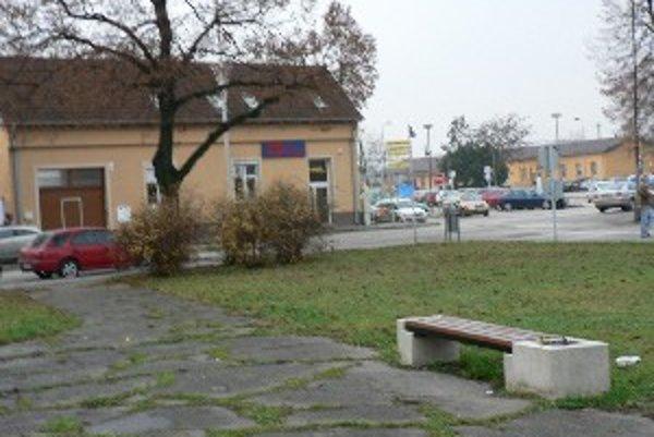 Na tejto lavičke sa bývalý vojak pokúsil o samovraždu.