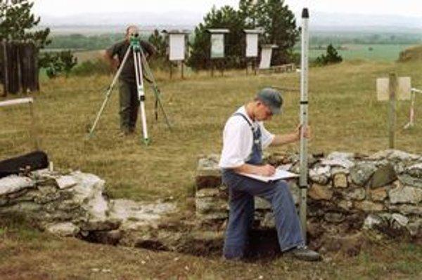 Na kopci Kostelec nad obcou Ducové odborníci zisťujú stav zachovania veľkomoravského múru.