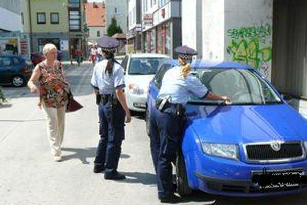 Najviac nadávok si mestskí policajti vypočujú počas kontrol parkovacích lístkov.