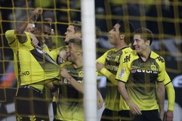 Futbalisti Dortmundu sú po víťazstve nad Schalke 2:0 na čele bundesligy.