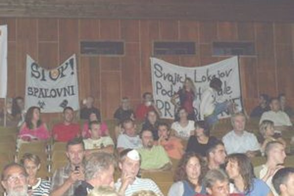 """""""Spaľovňu nechceme!"""" kričali ľudia na stretnutí spredstaviteľmi spoločnosti Chemolak a.s."""
