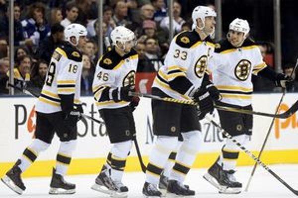 Zdeno Chára vedie Boston Bruins opäť hore.
