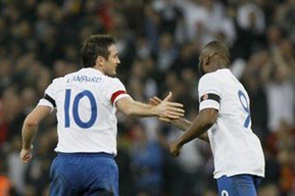 Frank Lampard (vľavo) a Darren Bent v zápase so Španielskom.