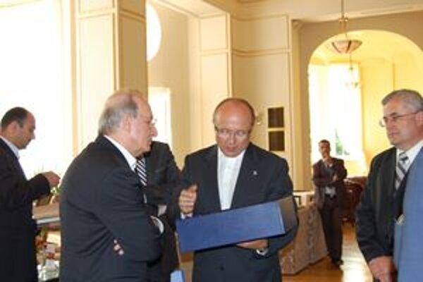 Jordánsky premiér dostal od generálneho riaditeľa piešťanských kúpeľov Klausa Pilza dar.
