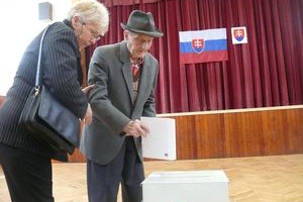 99 - ročný Štefan Hirner volil v sobotu v sprievode svojej dcéry v Dolných Orešanoch.