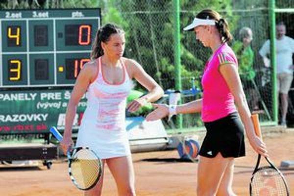 Janette Husárová (vľavo) sa vrátila na tenisové turnaje a v piatkovom finále štvorhry s Češkou Renatou Voráčovou zdolali Čepelovú s Wienerovou (SR) 7:6, 6:1. Tridsaťsedemročná Husárová je prvou slovenskou víťazkou na turnaji ITF Empire Trnava. O dva týždn