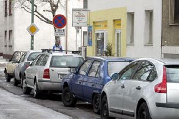Situácia s parkovaním je komplikovaná. Mesto počíta s výstavbou nových parkovacích miest na sídliskách.