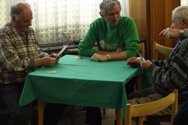 Dôchodcovia hrajú mariáš po novom, koruny nahradili eurami