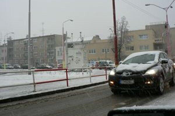 Husté sneženie spomalilo dopravu v Trnave.