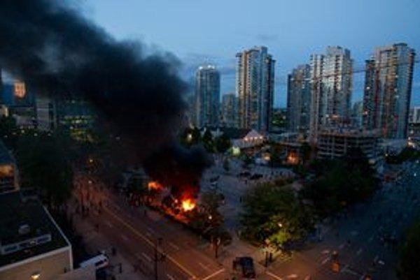 Horiace centrum Vancouru počas výtržností.