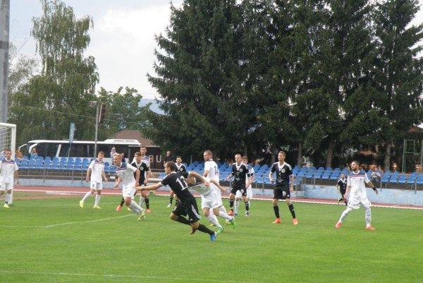 Hráči V. Medera (v čiernom) zlyhali proti Dubnici strelecky a takmer prehrali.