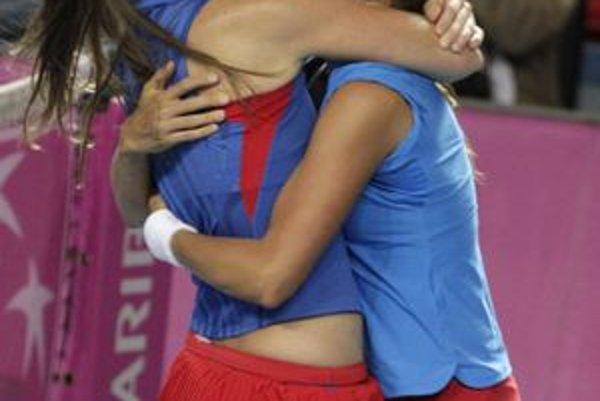České tenistky Iveta Benešová (vľavo) a Barbora Záhlavová-Strýcová oslavujú víťazstvo nad  belgickým párom Kirsten Flipkensová, Yanina Wickmayerová.