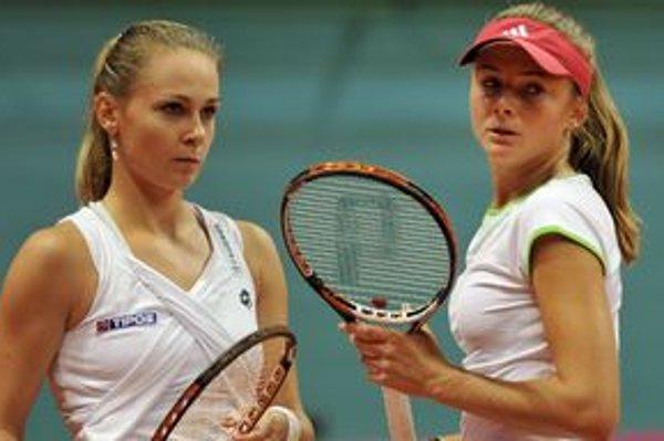 Magdaléna Rybáriková (vľavo) a Daniela Hantuchová prehrali zápas so srbskými tenistkami, aj keď boli od víťazstva len dva fiftíny.