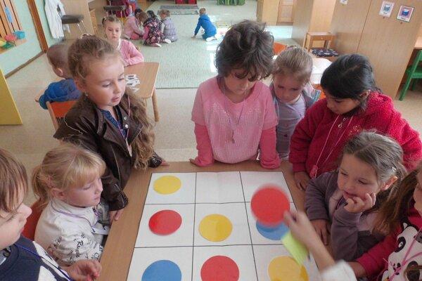 Škôlkari sa učili spoznávať čísla, písmená a aj farby.
