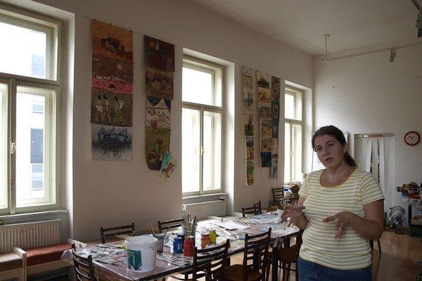 Monika Drocárová v ateliéri.