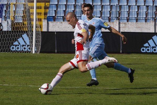 Na snímke (zľava) Milan Rundič (Trenčín) a Vukan Savičevič (Slovan).