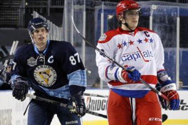 Sidney Crosby Z Pittsburghu (vľavo) a Alexander Ovečkon počas Winter Classic.