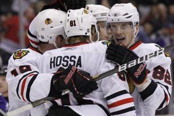 Hokejisti Chicaga sa tešia z gólu do bránky Los Angeles.