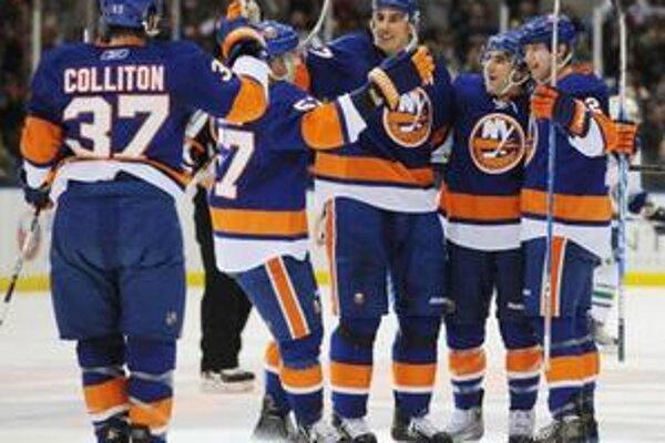 Milan Jurčina sa teší so spoluhráčmi z gólu, Islanders však napokon s Vancouvrom tesne prehrali.