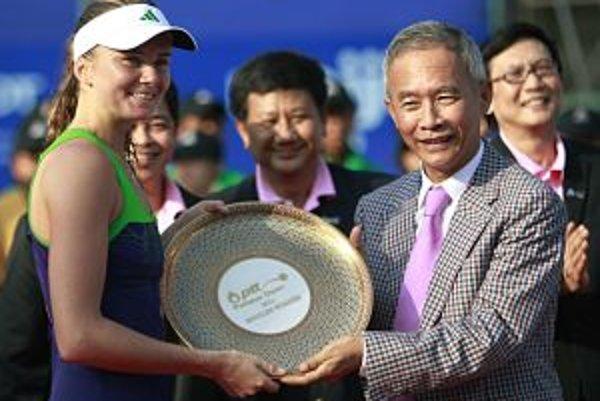 Daniela Hantuchová (vľavo) prebrala víťaznú trofej od prezidenta Thajskej tenisovej asociácie Suwata Liptapallopa (vpravo).