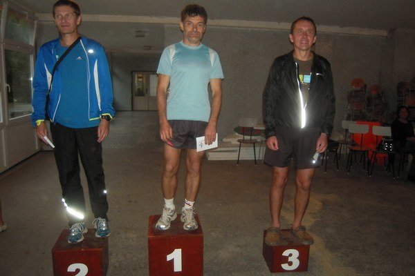 Na stupni víťazov zľava M. Nikodém, J. Moravec, P. Sebastian.