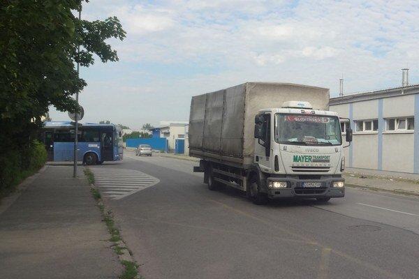 Na obmedzenie nákladnej dopravy si obyvatelia ulice budú musieť počkať do ďalšieho roka.