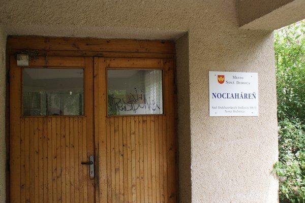 V bývalom areály umeleckej školy zriadilo mesto Nová Dubnica noclaháreň.