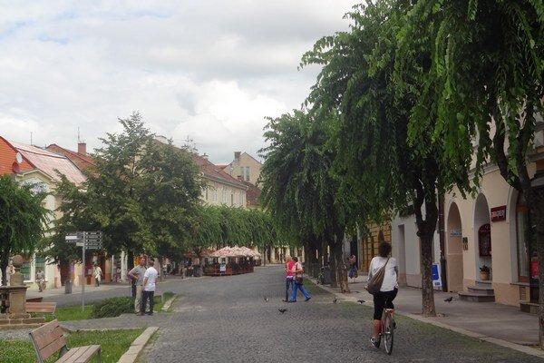 Centrum Trenčína sa vyľuďňuje.