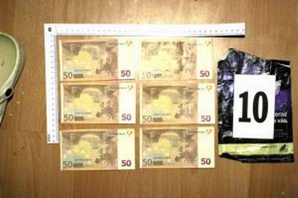 Policajti našli aj falošné bankovky.