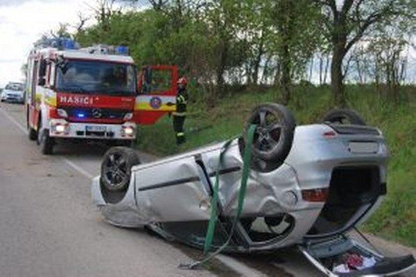 Zo zničeného auta vyšiel šofér bez zranení.