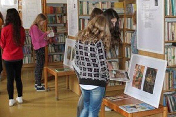 Nevšednú výstavu si nenechali ujsť ani študenti
