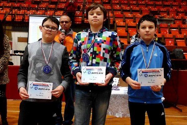 Víťazi kategórie starších žiakov (zľava): druhý Filip Klobučiský a víťaz Michal Ježík z Trenčianskej Turnej. Na treťom mieste skončil Dubničan Denis Galko.